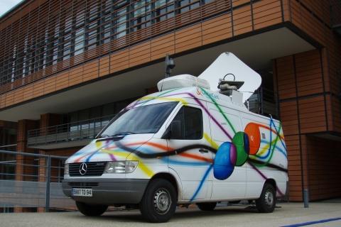 Image of satellite SNG van in front of CC Lyon